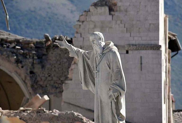 A grande estátua de São Bento incólume na cidade em ruínas