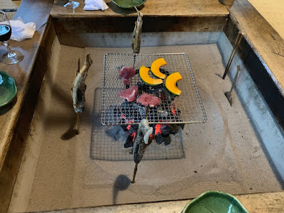 囲炉裏で焼く魚・肉・野菜