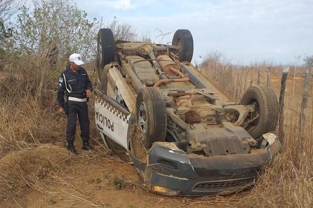 Viatura da polícia perde o controle e capota na RN 177