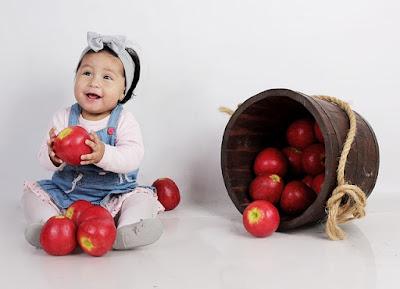 Kid eating fresh fruits