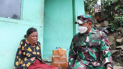 Tangis Haru, Nenek Usia 90 Tahun Saat Diberi Paket Sembako Oleh Jenderal Bintang Dua