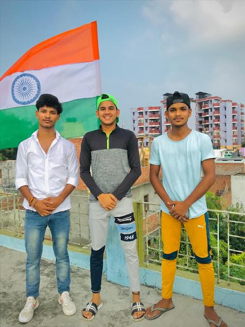 भाजपा नेता सोनू ठाकुर, छात्र युवा नेता पहाड़ी अंकित आर्या, संजू यादव तिरंगा फहराते हुये।