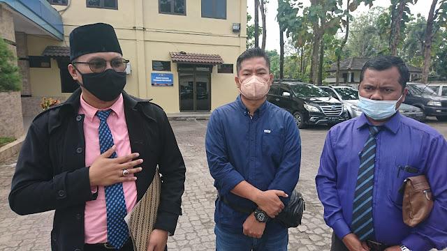 Foto:Jefri didampingi kuasa hukumnya Roni Prima Panggabean SH CLA dan Jhon Sipayung SH