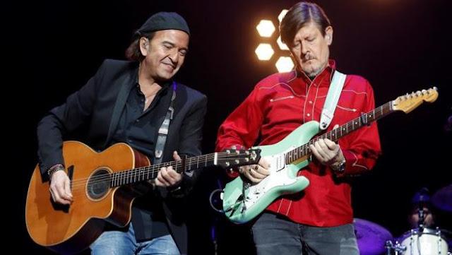 Álvaro Urquijo y Ramón Arroyo, de Los Secretos, durantre el concierto homenaje a Enrique Urquijo, en el Wizink Center de Madrid