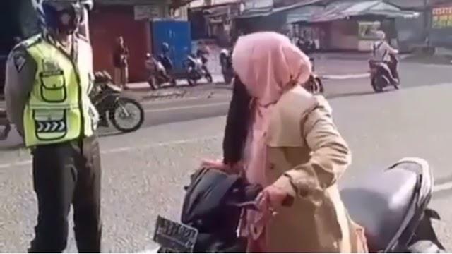 Hindari Ditilang Polisi, Emak Emak Ini Berteriak, Polisi Geleng Geleng Kepala