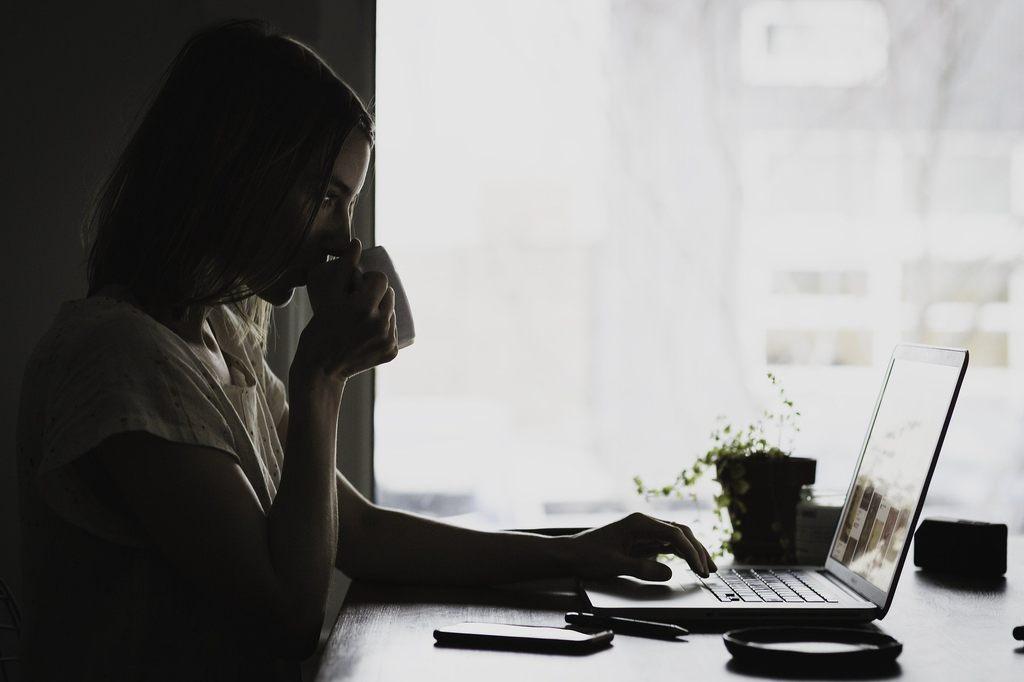 """Trabalhar de casa - Apoio e políticas atualizadas e transparentes que refletem o """"novo normal"""" podem contribuir para o bem-estar e a produtividades"""