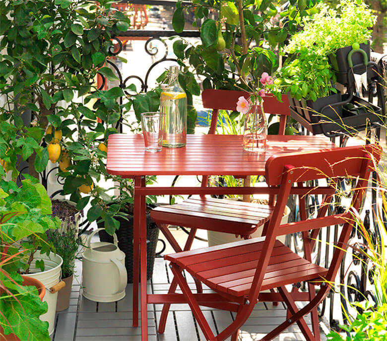Mesa-sillas-rojas-balcon-Ikea