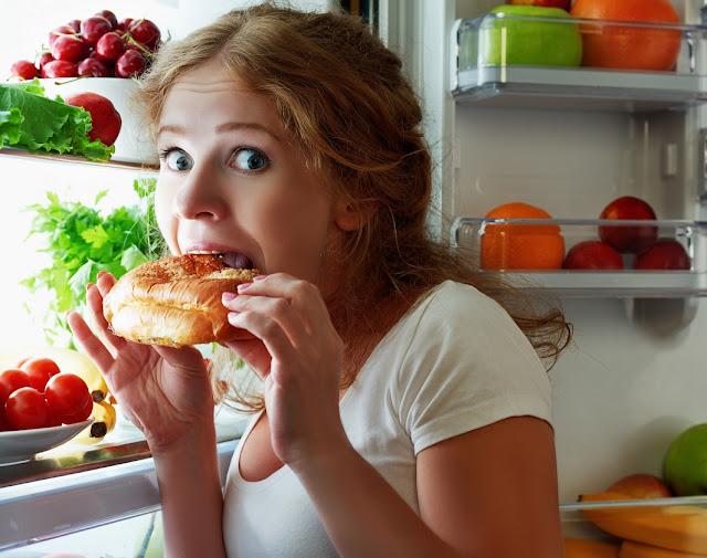 donna mangiando nel frigo
