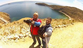 Pedro, Gilberto e o lago Titicaca ao fundo.