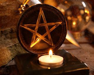Świeczka w magicznej podstawce.