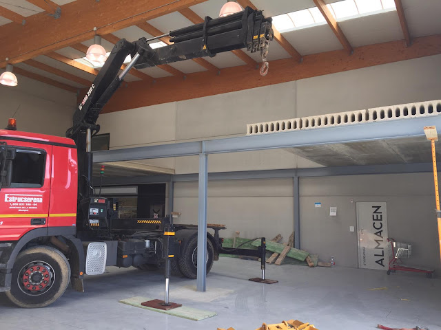 camion grua montando forjado placa alveolar