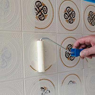 Vamos transformar os azulejos? Contact, adesivos ou tinta são seus melhores amigos nesta hora