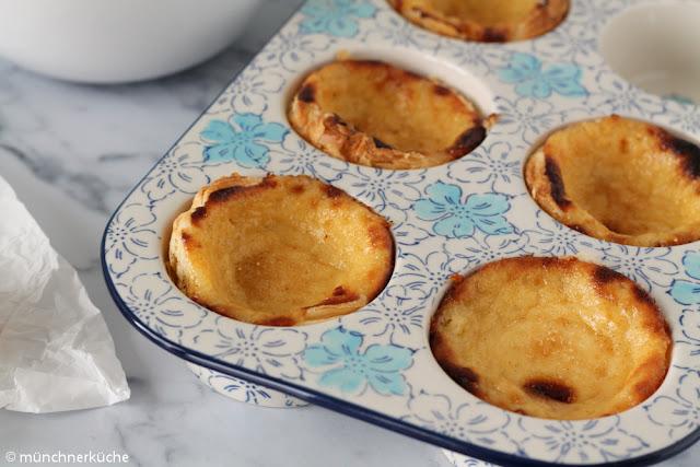 Die Puddingtörtchen werden am besten noch lauwarm mit Zimt und Zucker genossen.