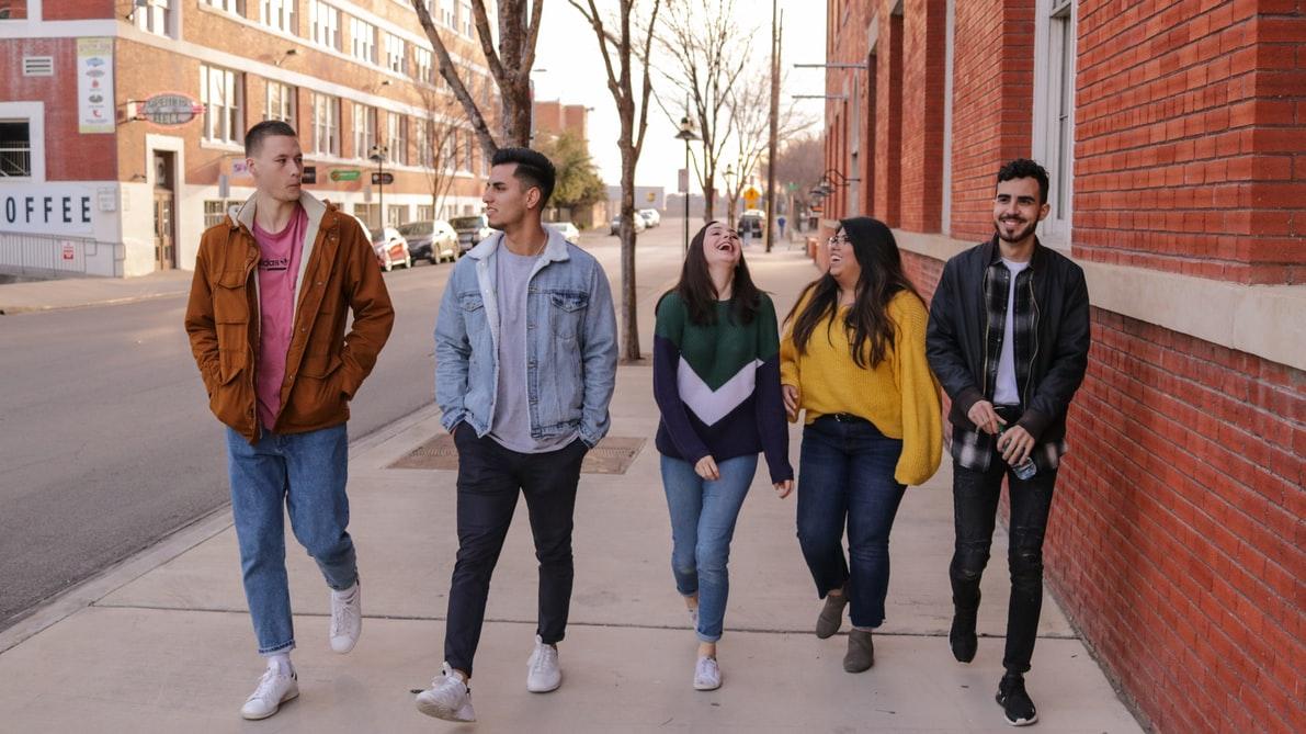 studenci idący ulicą