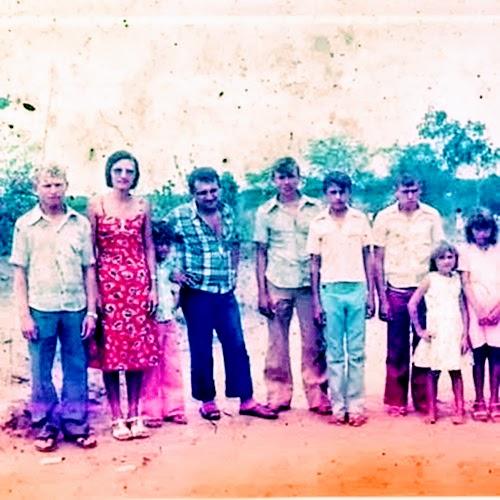 A imagem mostra uma foto da família Barros provavelmente da década de cinquenta do interior do Brasil.