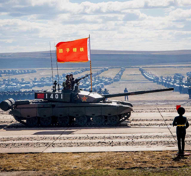 Exercícios militares conjuntos com a Rússia. A China incrementou muito sua despesa  militar na última década
