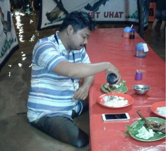 Jadi Viral, Ini Pria Yang Lahap Makan Pecel Lele Disaat Banjir