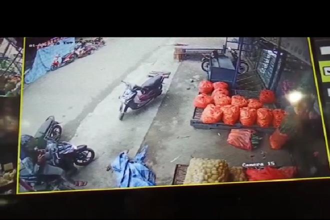 Curi HP di Dashboard Motor, Aksi Pria di Pasar Palakka Terekam CCTV