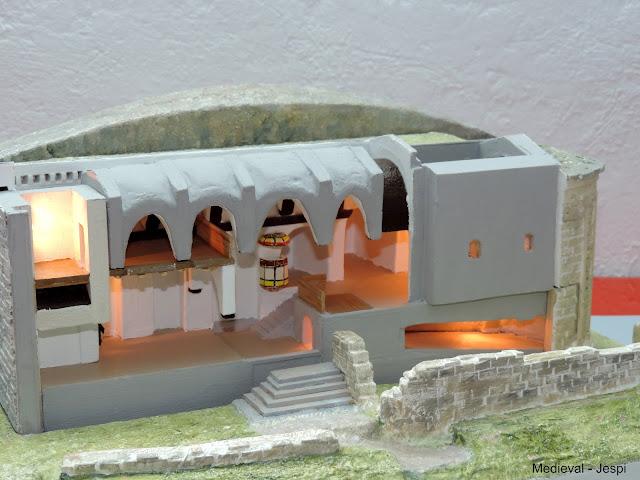 Reproducció en maqueta de la canònica de Sant Miquel de Montmagastre. Recreació de l'interior on es pot observar la cripta, i l'absis romànic i la resta de la nau i campanar de construcció més recent amb el detall de la part superior de la volta i dels arcs que lliguen l'estructura. © Jaume Espinalt Sellarès.