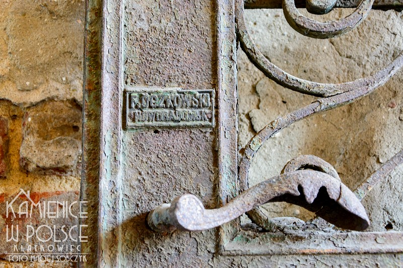 Radomsko. Noworadomsk. Metalowe drzwi. Kamienica. Brama wjazdowa.