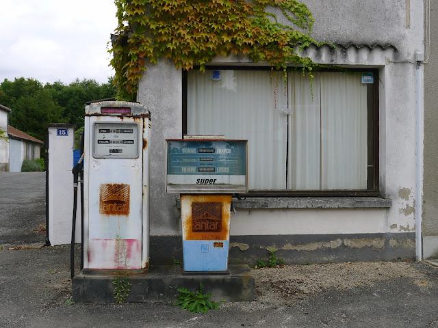 De Paris à la Rochelle en vélo couché, anciennes pompes à essence