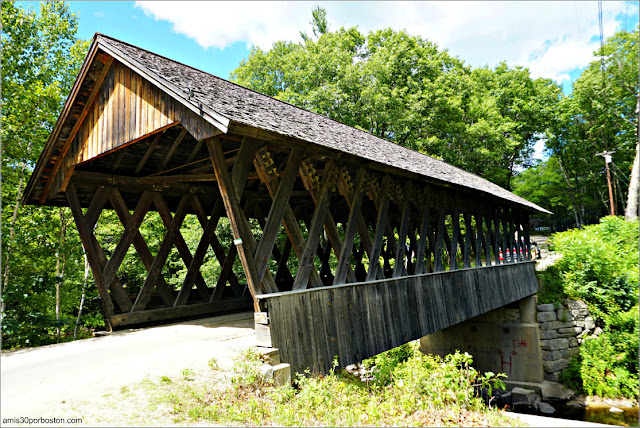 Lateral del Puente Cubierto Keniston Bridge en Andover, New Hampshire