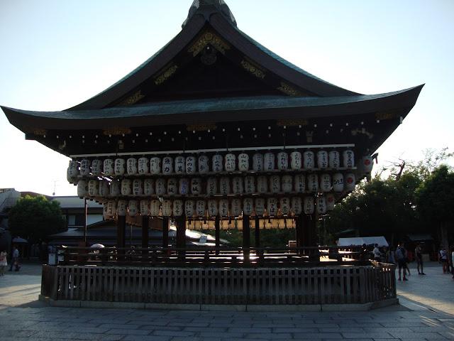 il tempio in legno con le lanterne di carta