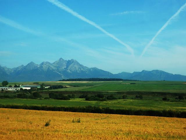 Jadąc w stronę Serbii... mamy widoki na pola uprawne i wyrastające nad nimi góry.