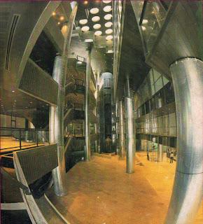 Interior Ratu Plaza sebelum renovasi. Foto Toky/Konstruksi, Aug 1980