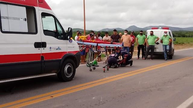 Acidente entre um carro e uma moto deixa idoso ferido na BR 405 em Rafael Fernandes-RN