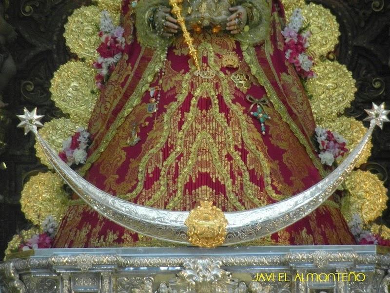 A los pies de la Virgen del Rocío una media luna (símbolo de Astarté) flanqueada por dos estrellas tartésicas.