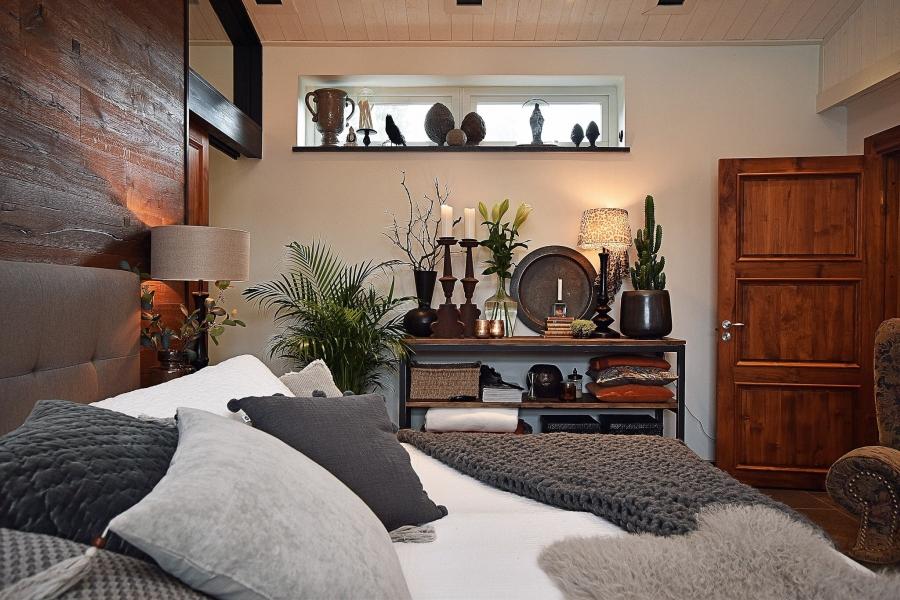 Klasyczna elegancja z rustykalną nutą, wystrój wnętrz, wnętrza, urządzanie mieszkania, dom, home decor, dekoracje, aranżacje, styl klasyczny, styl rustykalny, drewno, sypialnia, bedroom