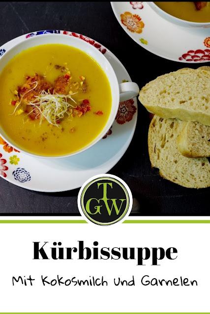 einfache Kürbissuppe mit Kokosmilch, Sprossen und spicy Garnelen #kürbissuppe #einfach #kokosmilch #garnelen #sprossen #herbst #kürbiszeit #butternuss - Foodblog Topfgartenwelt