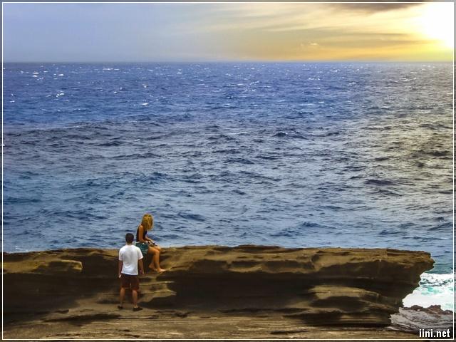 Ảnh cô gái buồn ngồi bên bờ biển