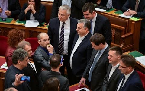 KDNP: szégyenletes események helyszíne volt az Országház