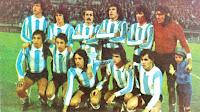 SELECCIÓN DE ARGENTINA - Temporada 1975-76 - Daniel A. Passarella, René O. Houseman, Jorge Carrascosa, Daniel P. Killer, Jorge Olguín y Hugo O. Gatti; Américo Gallego, Osvaldo Ardiles, Leopoldo Luque, Mario Kempes y Ricardo Bochini - ARGENTINA 4 (Kempes 2, Luque, Scotta) URUGUAY 1 (Pereyra) - 08/04/1976 - Copa Atlántico - Buenos Aires, Argentina, estadio José Amalfitani