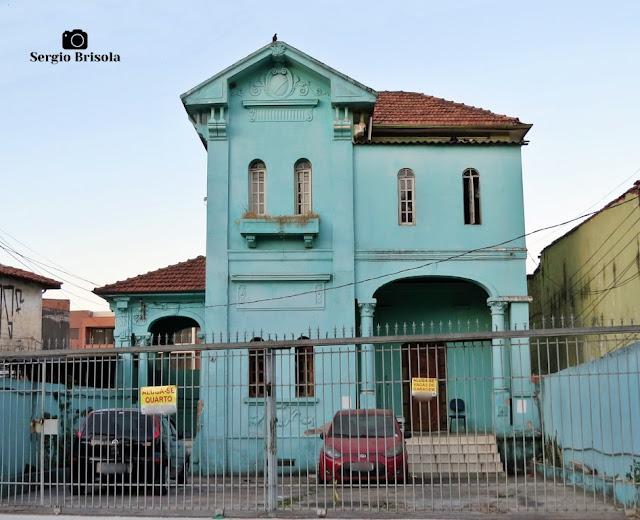 Vista ampla de um curioso casarão antigo na Avenida Dom Pedro I - Vila Monumento - São Paulo