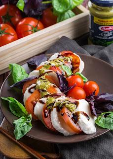 Tomate und Mozarrella auf einem Teller