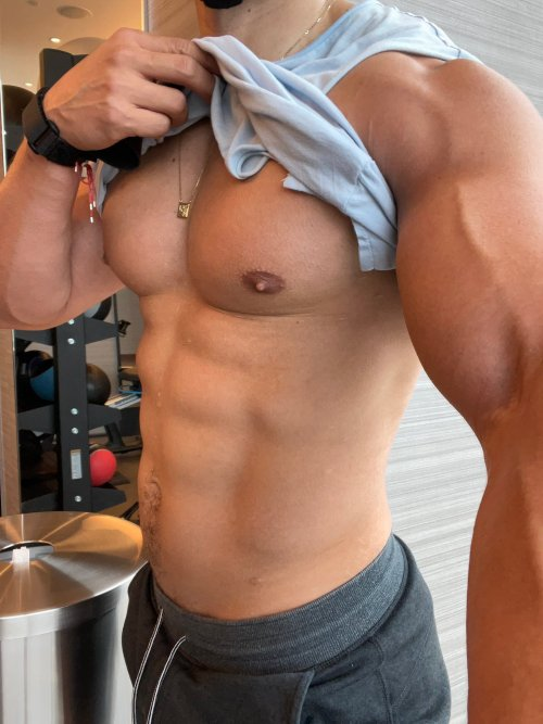 fit-beefy-shirtless-male-sexy-torso-selfies
