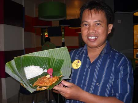 This is the unique Jinggo Rice typical of the Island of the Gods, Bali, which I display for all my friends here. This dish is free or free if staying at Pop Haris Kuta, Bali. The shape of the wrapper resembles a hat. Unique too. Photo of Syahrir Badulu / Makasar