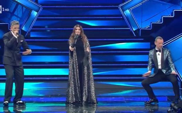 Sanremo: seconda serata, ospite Laura Pausini premiata ai Golden Globe