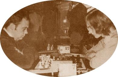 Jaume Anguera jugamdo al ajedrez en 1974