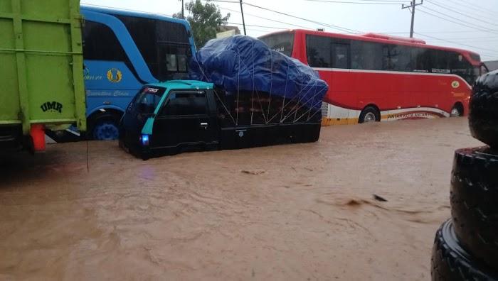 Ratusan Kendaraan Terjebak Banjir Di Desa Rangai Tritunggal Kec.Ketibung Lamsel.