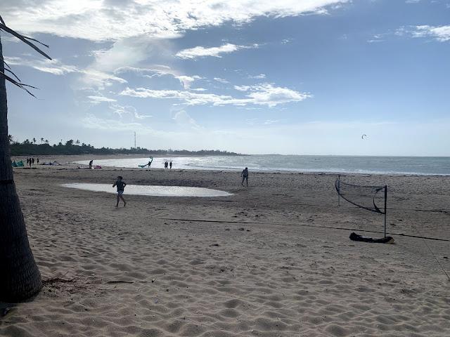 praia com alguns banhistas