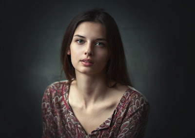 Preciosa chica simple mirando a cámara con fondo dark