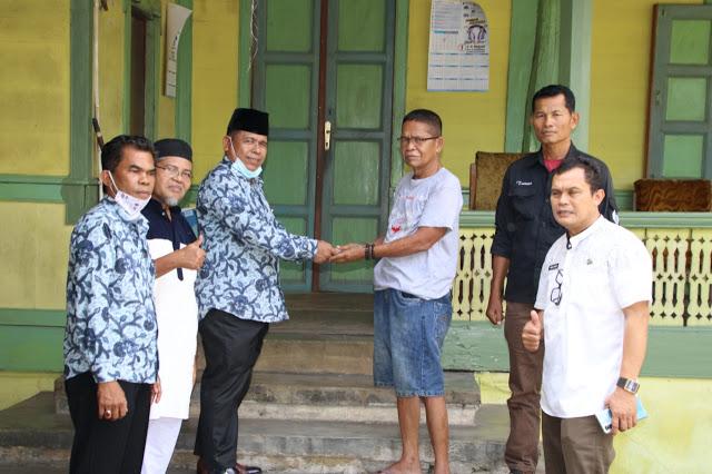 Ketua DPD LPM Kota Padang Irwan Basir Dt Rajo Alam Serahkan Bantuan Untuk Korban Angin Puting Beliung