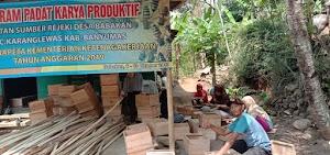 Warga Desa Babakan Ramai Membuat Kluthuk.