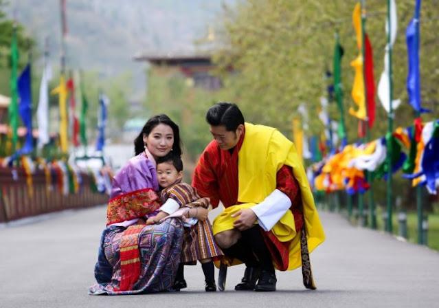 Os reis do Butão com o filho mais velho. O mais novo nasceu já durante a pandemia© HO / ROYAL OFFICE FOR MEDIA BHUTAN / AFP