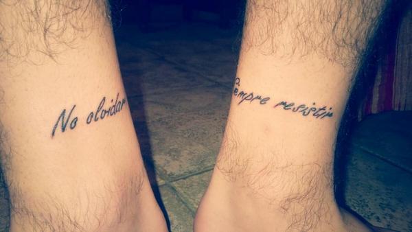 tatuaje con la frase no olvidar siempre resistir