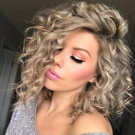 Já pensou em mudar o visual do seu cabelo cacheado? Fazer cortes no cabelo é sempre bom, pois além ter uma mudança, também dá mais forças para ele crescer mais rápido e saudável. Além de cachos definidos e com brilho. Ter dúvidas no corte de cabelo é normal e é importante escolher o modelo de cabelo que você mais se identifica. Escolher um bom cabedeleiro também pode ajudar muito no resultado final do corte do seu cabelo. O ideal é que o salão de beleza seja profissional, para te proporcionar um melhor resultado.